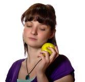 Женщина вытаращить на зеленом яблоке Стоковые Изображения RF