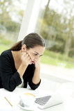 Женщина вытаращить на экране компьтер-книжки Стоковые Фотографии RF