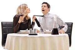 Женщина вытягивая ее дату и пробуя расцеловать его Стоковое Изображение