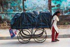 Женщина вытягивая тележку, Индию Стоковые Изображения