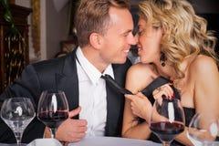 Женщина вытягивая человека в поцелуй Стоковая Фотография RF