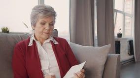 Женщина выхода на пенсию писать текст в ее повестке дня видеоматериал