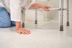 Женщина выхода на пенсию упала вниз в уборный стоковые изображения rf