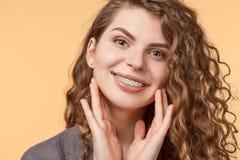 Женщина вьющиеся волосы с кронштейнами стоковые фото