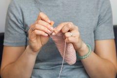 Женщина вяжет вязание крючком Стоковое Фото