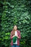 Женщина вяжет свитер в внешнем Стоковые Фотографии RF