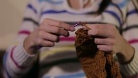 Женщина вяжет шляпу для ребенка сток-видео