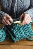 Женщина вязать зеленый шарф Стоковые Изображения