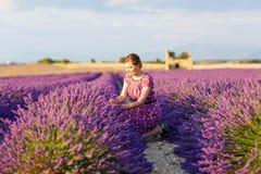 Женщина в лаванде fields в Провансали, Франции Стоковое Фото