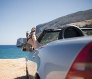 Женщина в автомобиле с откидным верхом стоковое фото rf