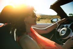 Женщина в автомобиле с откидным верхом стоковое изображение rf