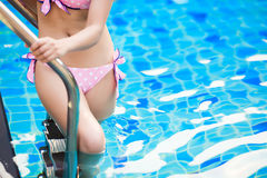 Женщина в бассейне на летних каникулах Стоковые Фото