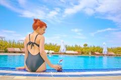 Женщина в бассейне с smoothie стоковое фото rf
