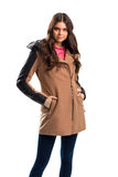 Женщина в бежевом пальто Стоковое Фото
