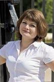 Женщина в белизне с голубыми глазами стоковое фото