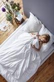 Женщина в белой кровати Стоковая Фотография RF