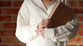 Женщина в белой рубашке держа старую книгу сток-видео