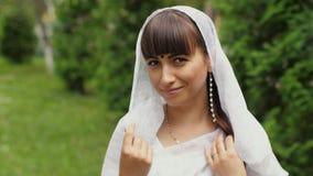 Женщина в белом сари видеоматериал