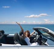 Женщина в белом автомобиле с откидным верхом Стоковое Изображение RF