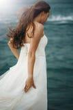 Женщина в белом близко бурном море стоковые фотографии rf