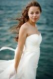 Женщина в белом близко бурном море Стоковые Изображения RF
