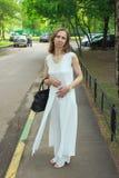 Женщина в белом костюме Стоковая Фотография RF