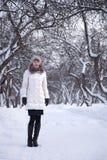 Женщина в белом парке зимы Стоковые Изображения RF