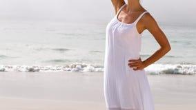 Женщина в белом положении платья видеоматериал