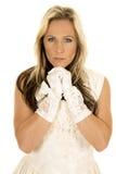 Женщина в белом платье и перчатки закрывают руки под подбородком Стоковая Фотография