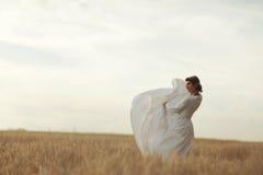 Женщина в белом платье Стоковые Фото