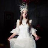 Женщина в белых кроне и платье белизны Стоковое Фото