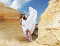 Женщина в белых танцах платья на пустыне Стоковое Фото