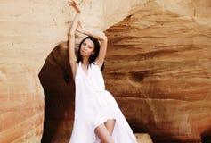 Женщина в белых танцах платья на пустыне Стоковое фото RF