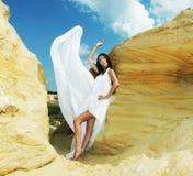 Женщина в белых танцах платья на пустыне Стоковое Изображение