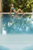 Женщина в бикини ослабляя бассейном Стоковое Изображение