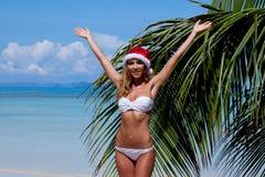 Женщина в бикини празднуя рождество Стоковые Изображения