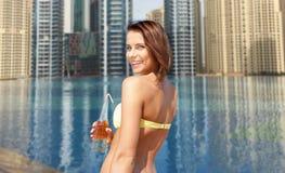 Женщина в бикини с бутылкой питья на пляже Стоковое Изображение RF