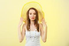 Женщина в большой желтой шляпе лета Стоковые Изображения RF