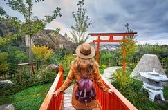 Женщина в ботаническом саде Тбилиси стоковое изображение rf