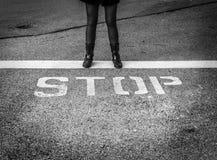 Женщина в ботинках боя стоя сильн с словом стоковое фото rf