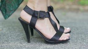 Женщина в ботинках высокой пятки делает слишком мало шагает, медленный прогресс, промедление акции видеоматериалы