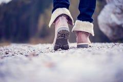 Женщина в ботинках идя вдоль сельского пути Стоковое Фото