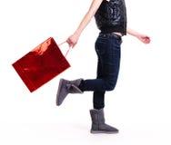 Женщина в ботинках осени с хозяйственными сумками Стоковое Изображение
