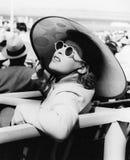 Женщина в большой шляпе солнца и стекла солнца (все показанные люди более длинные живущие и никакое имущество не существует Гаран стоковые изображения rf