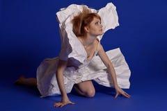 Женщина в бумажном платье стоковые фотографии rf