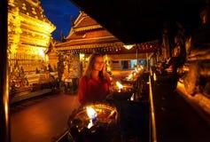 Женщина в буддийском виске стоковое изображение rf