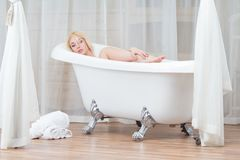 Женщина в ванной комнате Стоковые Фотографии RF
