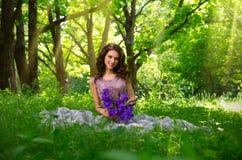 Женщина в версии леса с sunrays Стоковые Фото