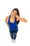 Женщина в верхней части танка и делать джинсов вызывают меня знаком телефона с ее усмехаться руки счастливый Стоковые Фотографии RF