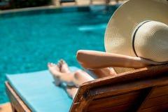 Женщина в вилле бассейна Стоковая Фотография
